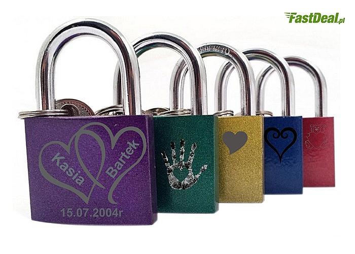 Kłódka miłości z grawerunkiem zgodnie z tradycją zamknie miłość na klucz