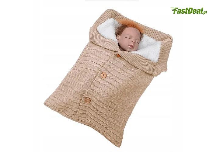 Cieplutki i przyjemny śpiworek niemowlęcy do wózka
